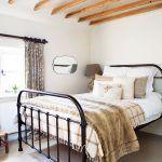 V spálni dominuje výrazná posteľ z liateho železa a textílie v rôznych odtieňoch púdrovej a hnedej, ktoré ju zútulňujú.