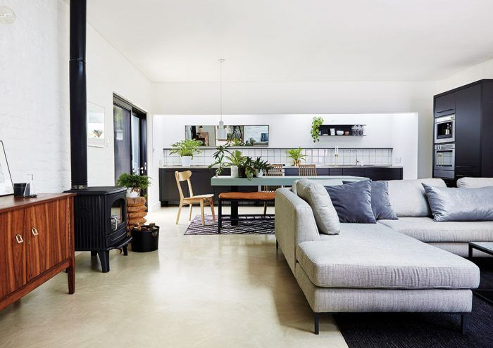 """Postavené na kontrastoch. """"Baví nás kombinovať odlišné prvky a materiály,"""" priznávajú dizajnéri. Väčšina zariadenia v otvorenom dennom priestore má moderný, čistý a jednoduchý dizajn, mnohé kusy sú vyrobené presne na mieru, no steny sú neomietnuté a podlaha prírodná, čo vytvára zaujímavý kontrast."""