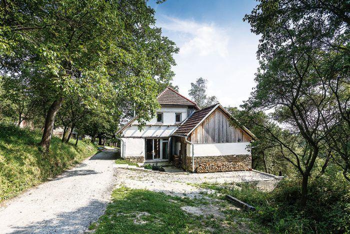 Nádherné prostredie stodoly dotvára sad so starými odrodami ovocných stromov, ktorý ostal nezmenený.