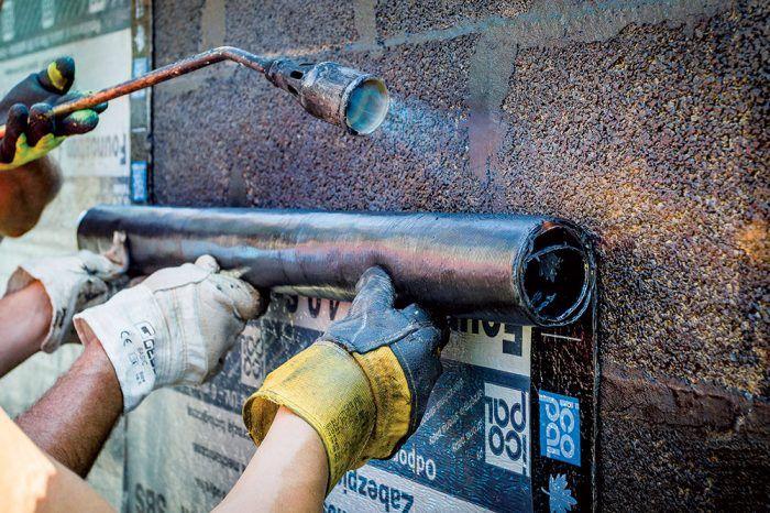 Dôležitý je nielen kvalitný materiál, ale aj správny spôsob jeho aplikácie. Na zvislé základové múry sa má pás natavovať a pritláčať v smere zdola nahor.