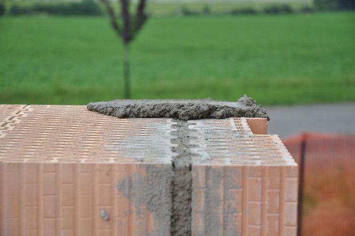 Na vrchnú stranu muriva ostenia otvoru sa nanesie vrstva murovacej tepelnoizolačnej malty tak, aby horná hrana prekladu nebola uložená vyššie ako okolité murivo, min. však v hrúbke 6 mm.