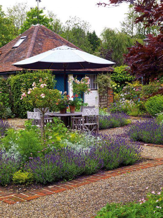 Priamo pri domčeku sa nachádza formálnejšie pôsobiaca časť záhrady s pravidelnými ostrými líniami. Súčasťou výsadby sú aj stromčekové ruže, ktorých okolie zmäkčuje trvalková výsadba. Nachádza sa tu aj sedenie, ktoré sa využíva pri spoločnom stolovaní.