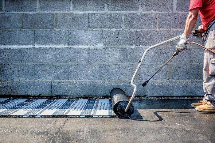 Životnosť asfaltovaného pásu, ktorý sa aplikoval na základy bungalovu, sa rovná technickej životnosti budovy.