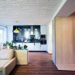 """""""Nápad odokrytia pôvodných materiálov – stropu z dutých tehál a murovaných stien – majiteľa nadchol. My sme na ňom postavili koncept protipólu starého a nového. Vďaka dynamickým líniám nábytku na mieru nadobudol byt mladistvý výraz, no zachovaním pôvodných konštrukcií elegantne vynikol jeho vek."""" Soňa Pohlová, architektka"""