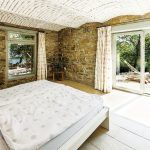 V stodole na nachádzajú tri spálne. Tá s priamym vstupom na terasu pôvodne slúžila ako chliev. Po rekonštrukcii by ste pôvodné využitie tejto miestnosti s kamennými stenami, krásnou valenou klenbou a výhľadom do sadu určite ani len nechyrovali.