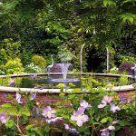 Vodná plocha je vítané oživenie každej záhrady. Na jazierko v záhrade Johna a Kate sa použili rovnako ako na samotný domček tehly, vďaka čomu na pozemok výborne zapadlo.