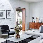 Zariadenie je kombináciou moderných kusov a nábytku v štýle vintage. Čisté línie a plochy, ktoré v interiéri prevládajú, vyvážili dizajnéri niekoľkými zútulňujúcimi prvkami, napríklad škandinávskym príborníkom z polovice minulého storočia.