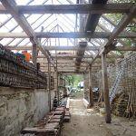 Krov stodoly, ktorá pôvodne slúžila na ustajnenie koní, vyžadoval generálnu opravu. Časť trámov sa spevnila použitím pásovej ocele, poškodené časti nahradili nové z dreva.