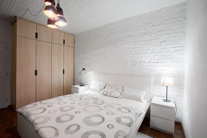 Nábytok na mieru v drevenom dekore je odlíšený od typového. Ten je v prípade spálne jednoduchý biely, vystihujúci pánsku ležérnu eleganciu.