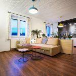 Príručné stolíky s odnímateľnými podnosmi sú čerešničkou, ktorú si mohol majiteľ dovoliť vďaka efektívnym riešeniam architektov. Má z nich výnimočnú radosť pri servírovaní počas návštev priateľov.