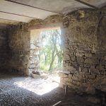 V spálni s priamym vstupom na terasu, ktorá zaujme svojím klenbovým stropom a kamenným obkladom stien, sa v minulosti nachádzal chliev.