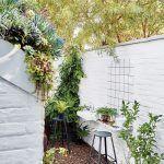 Pred kuchyňou postavili novú garáž. Aby nebránila prístupu svetla do kuchyne, Nico a Christo jej navrhli strechu so skoseným rohom, na ktorom vznikla malá strešná záhradka. Dvor pred kuchyňou síce nie je veľký, využíva sa však naozaj intenzívne.