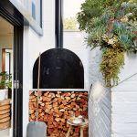 Kuchyňa pokračuje aj v exteriéri – pecou na pizzu a bylinkovou záhradkou. Neveľký dvorček medzi garážou a kuchyňou oživuje aj strešná záhradka v tvare klina, porastená sukulentmi.