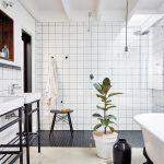 Veľkej kúpeľni susediacej so spálňou domácich dominujú hladké lesklé povrchy v kombinácii s jednoduchými tvarmi zariadenia a modernými armatúrami. Kovové podstavce pod umývadlá vyrobili podľa Christovho návrhu.