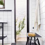 Úzke a vysoké sklenené dvere vedú na malý dvor za domom a dávajú človeku pocit, akoby sprcha bola vonku, no on pritom nemusí pri sprchovaní urobiť ani krok von.