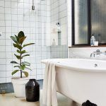 Retro zjemnenie a typický kontrast vniesla do kúpeľne tradičná vaňa na štýlových železných nožičkách.