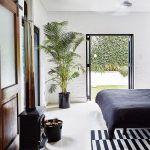 Vo veľkej spálni zachovali monochromatické farebné riešenie. Kombinácia čiernej a bielej vytvára priestorovú geometriu, ktorú podporujú aj vzory na kobercoch.