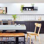 Kontrasty charakterizujú interiér celého domu – hladké a lesklé povrchy kuchynskej linky sú protikladom neomietnutých stien, čisté línie moderného zariadenia kontrastujú s mäkkosťou rastlín a štruktúrou dreva na niekoľkých kusoch vintage nábytku.