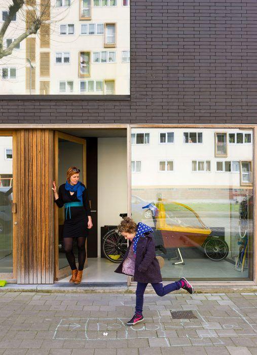 Pieter a Lot dlho hľadali tehly, ktoré by sa im páčili. Predstavovali si čo najtmavší odtieň, a tak sa obracali na predajcov aj priamo na výrobcov. Toto úsilie sa im vyplatilo – v kombinácii s drevom sa skvele hodia k čiernym stenám v interiéri.