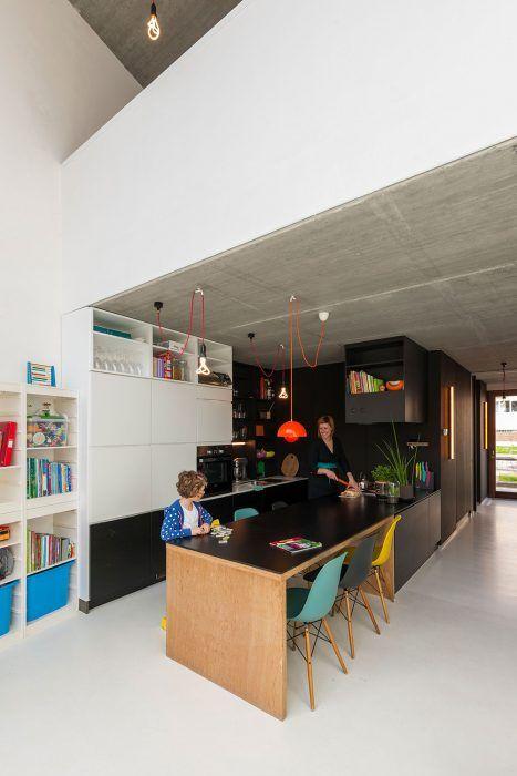"""Kuchyňa je príjemným miestom, kde rodina trávi väčšinu času. Mona sa najradšej hrá pri jedálenskom stole, zatiaľ čo mama varí v kuchyni v jej blízkosti. """"Toto je centrum nášho domu,"""" hovorí Pieter."""