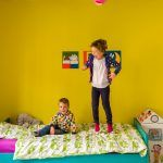 V detskej izbe dopriali stenám farebnú výnimku. Jedna z nich je žiarivo žltá, vďaka čomu tu slnko svietiť nikdy neprestane. Eppo a Mona z toho majú veľkú radosť.