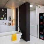 Pri zariaďovaní kúpeľne uplatnili rovnaký princíp ako v kuchyni: biela, čierna a doplnky v živých a veselých farbách.