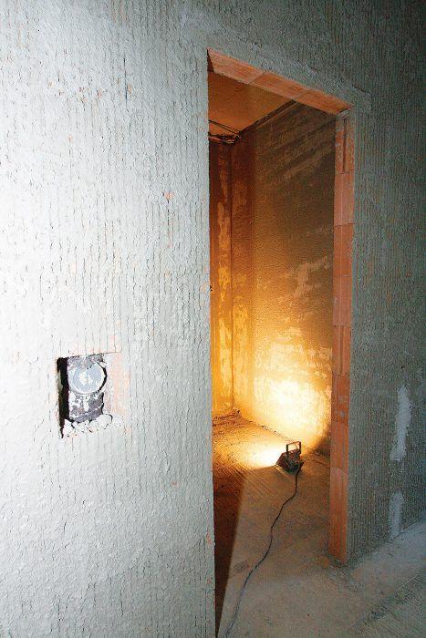 Hrubý murovaný stavebný otvor sa vyhotoví so šírkou väčšou o 2 cm, ako je vonkajšia šírka zárubne (vrátane kotiev) a s výškou o 1 cm vyššou, ako je vonkajšia výška zárubne (vrátane kotiev).