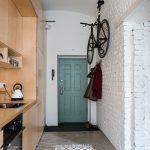 """Už vstupné dvere sú typickým príkladom """"materiálovej pravdovravnosti"""" mladých architektov. """"Hliníkové bezpečnostné dvere mali predtým na povrchu drevený dekor. Aby sme priznali ich kovovú podstatu, nastriekali sme ich tyrkysovou farbou,"""" prezrádza Michal."""