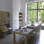 Jedáleň a kuchyňa na prízemí si vymenili miesto – jedáleň má teraz kontakt so záhradou, ktorý si vďaka veľkému francúzskemu oknu rodina intenzívne užíva po celý rok.