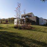 Architekt osadil dom na pozemku tak, aby zachoval čo najväčšiu slnečnú záhradu. Na severnej strane dodržal normou predpísaný minimálny odstup od susedného pozemku, na východe rešpektoval uličnú čiaru.