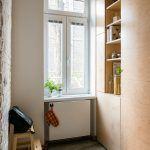 Linoleum v kuchyni nahradila betónová podlaha, ktorá príjemne doplnila pravdovravnú kombináciu starých tehál a preglejky. Navyše je lacnejšia a autentickejšia než novodobé liate materiály.