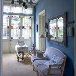 Jedno zo Chantaliných originálnych svietidiel visí aj v tejto miestnosti. Rám zrkadla vyrobila domáca pani z lepenky.