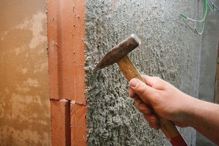 Skrytá zárubňa sa položí do stavebného otvoru a označia sa dosadacie plochy kotviacich profilov, ktoré majú tvar písmena L. Skrytá zárubňa sa odloží a označené dosadacie plochy sa očistia od hrubej omietky (ak je už nanesená).