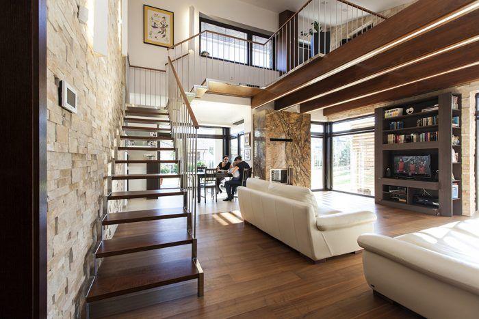 """Pocit z priestoru v dennej časti zásadne ovplyvnila vyvýšená galéria, kde sa nachádza pracovňa. """"Obývačka tu má výšku až 5 m, vďaka čomu získal priestor vzdušnosť,"""" vysvetľuje architekt Rusnák. Súkromie pracovne, ktorá neslúži zároveň ako hosťovská izba, oceňuje aj domáca pani."""