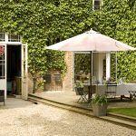Z jedálne sa dá vyjsť na priľahlú terasu, ktorú lemujú pôsobivé steny porastené brečtanom. Vytvára pocit útulnej záhrady a aj na malej ploche v centre mesta je vďaka nemu dostatok zelene.