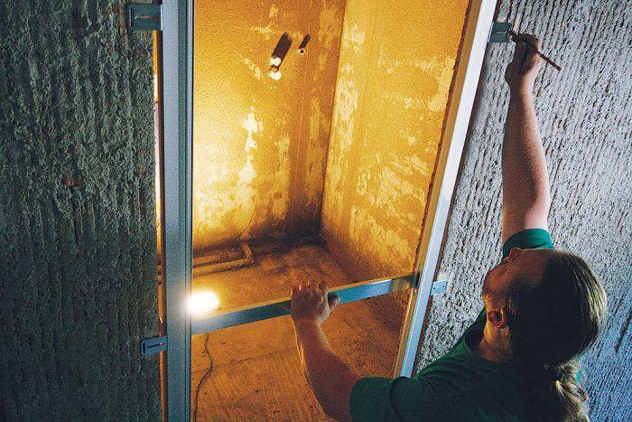 Skrytá zárubňa sa opäť vloží do stavebného otvoru a zamerajú sa otvory na kotvenie.