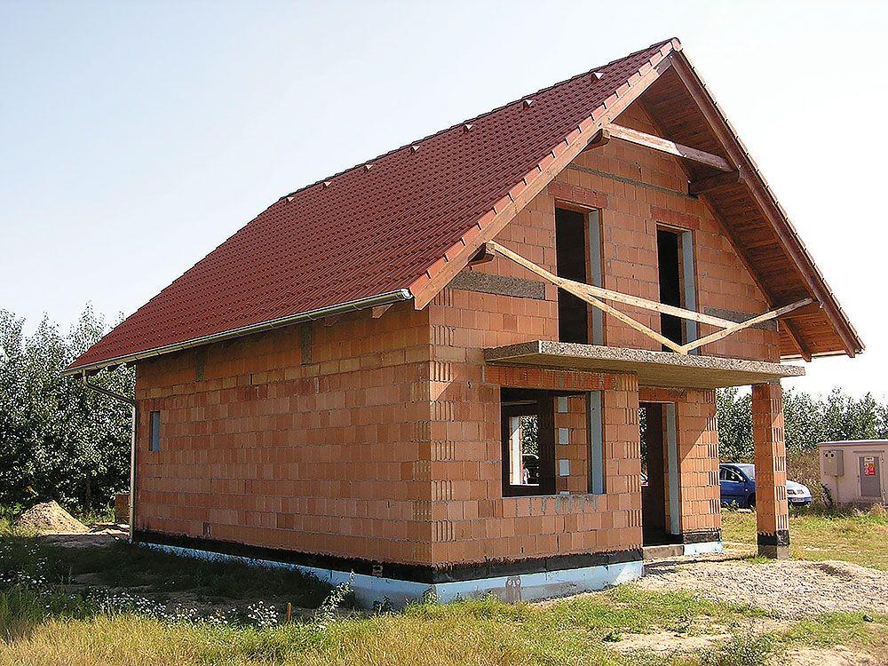 Komplexné riešenie. Výhodou moderných tehlových systémov je komplexná ponuka prvkov – od jedného výrobcu tak môžete dostať riešenie hrubej stavby murovaného domu od základov až po komín. V ponuke sú napríklad premyslené žalúziové a roletové preklady, stropné konštrukcie určené na ručnú montáž aj kvalitné tehlové komíny a vďaka tepelnoizolačným vlastnostiam špičkových tehál sa zaobídete bez zatepľovania obvodových stien.
