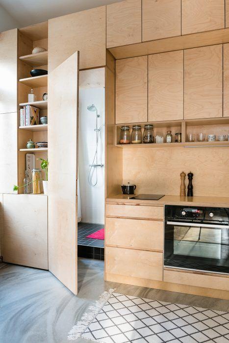 """Dominantou bytu sú dva vstavané nábytkové prvky – kuchynská linka s pridanými funkciami a """"spálňa na poschodí"""", ktoré nechali Martina a Michal vyrobiť na mieru."""