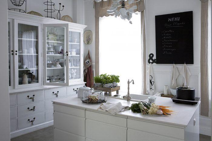 Nová kuchyňa má okná obrátené do ulice. Jej centrom je moderný kuchynský ostrov z Ikey, ktorý Chantal doplnila retro sporákom a moderným digestorom na jednej strane miestnosti, na druhej zas vysokou romantickou vitrínou od Flamanta, do ktorej sa zmestila väčšina kuchynského vybavenia.