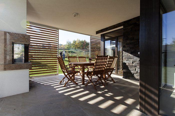 """""""Veľa času trávime vonku – v záhrade, aj jedávame na terase vždy, keď sa dá. Úžasný je pre nás tiež pohľad do ohňa, ktorý si môžeme užiť na terase aj v obývačke,"""" vyzdvihuje domáca pani pre ňu najdôležitejšie prednosti svojho bývania."""