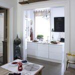 Rôzne štýly zjednotené rovnakou farbou – osvedčená metóda nesklamala ani vo francúzskej kuchyni.