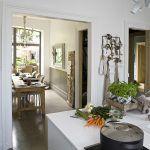 Dvojkrídlové dvere medzi kuchyňou a jedálňou odstránili, čím vytvorili dojem jednej ucelenej miestnosti. Zjednotenie pôvodne oddelených priestorov podporila nová, jednoliata betónová podlaha a tiež jednotný štýl a farebnosť zariadenia.