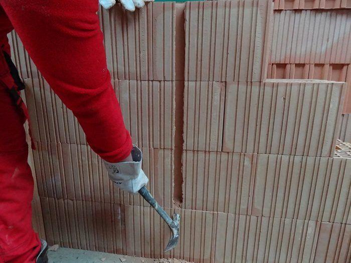 Šírka a hĺbka drážky závisí od počtu vyklepnutých rebier. Elektrické káble je možné vo zvislom smere naťahovať dokonca bez drážky, len cez malé otvory vo vonkajších rebrách.