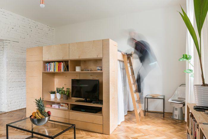 Vstavaný kubus rozdelil veľkú miestnosť tak, že každá zo štyroch funkcií – šatník, obývačka, spálňa a pracovňa – získala vlastný, jasne definovaný priestor aj potrebné súkromie.