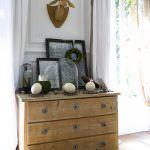 Klasická drevená komoda patrí k úlovkom zo známeho blšieho trhu v Lille. Chantal na nej vystavila celú zbierku svojských doplnkov, ktorú korunuje absurdná lepenková trofej jeleňa, lemovaná autentickou štukovou výzdobou.