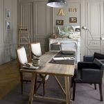 So salónom susedí spoločná pracovňa Chantal a Oliviera, ktorá je zároveň hlavnou kanceláriou ich firmy. Steny natreté jemnou sivou farbou navodzujú serióznu atmosféru vhodnú do takejto miestnosti.