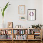 Jednoduchý a funkčný nábytok je presne to, čo malé byty potrebujú. Bežné skrinky z Ikey prispôsobili tak, aby mali tie správne proporcie.