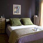 Spálňa Chantal a Oliviera je zariadená celkom jednoducho, o najsilnejší dojem sa postarali farby. Kombinácia baklažánovej, zelenej a hnedej je veľmi upokojujúca a elegantná.