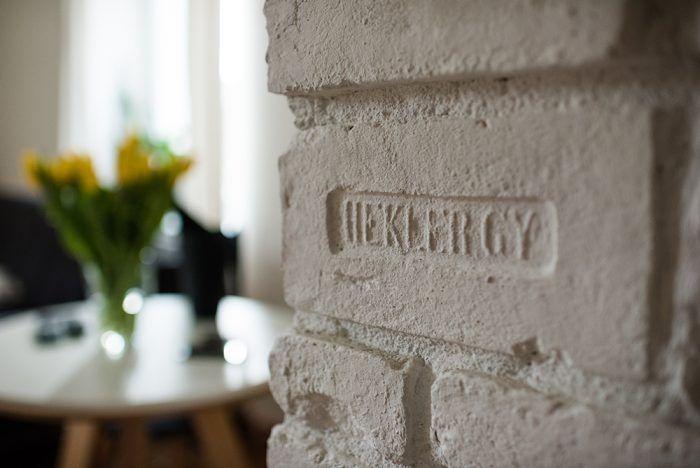 I keď má staré murivo svoje muchy, Martina a Michal priznali pravú tehlovú podstatu steny medzi kuchyňou a obývačkou.