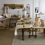 V podkroví má pani domu vlastný ateliér, trochu pripomínajúci múzeum. Je plný najrozličnejších predmetov, ktoré ponachádzala na blších trhoch či na starých povalách a z ktorých čerpá nápady na svoje dekorácie.
